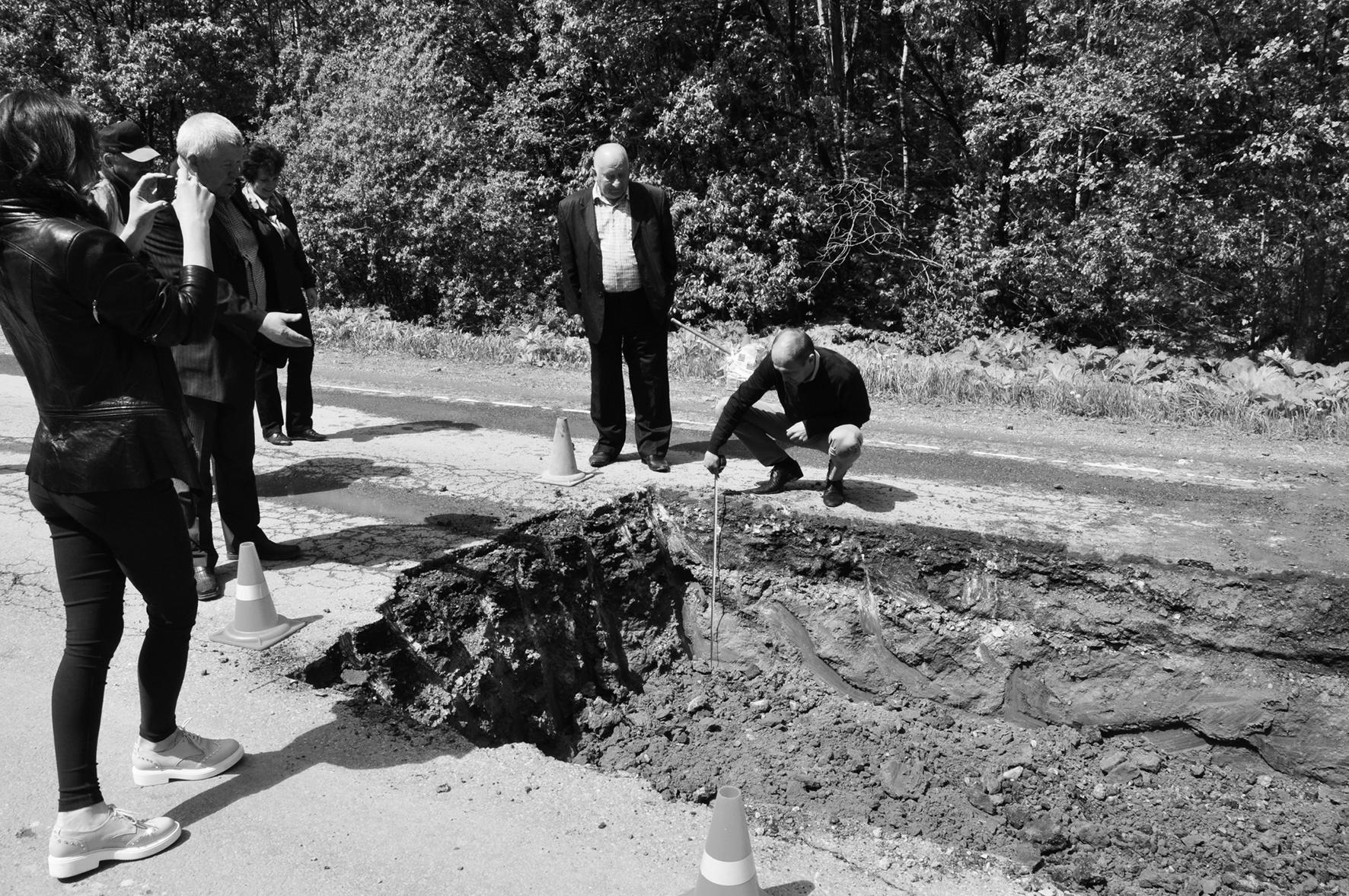 Члены комиссии посмотрели, как ведется ремонт на участке дороги Медынь-Верея
