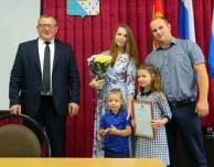 Молодым семьям вручили сертификаты на приобретение жилья